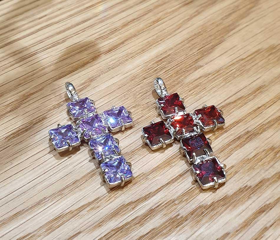 cruz colgante rojo